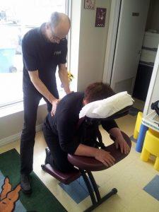 22-Tournée Détene Bouffe JLM massage sur chaise